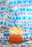Petit gâteau de joyeux anniversaire avec la bougie bleue image libre de droits