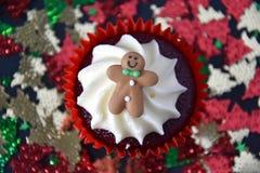 Petit gâteau de Noël avec le bonhomme en pain d'épice et l'écrimage crème fouetté Photographie stock libre de droits