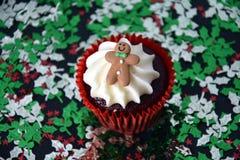 Petit gâteau de Noël avec le bonhomme en pain d'épice et l'écrimage crème fouetté Image stock