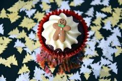 Petit gâteau de Noël avec le bonhomme en pain d'épice et l'écrimage crème fouetté Photo stock