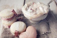 Petit gâteau de Saint-Valentin avec la tasse de cappuccino Coffe. Image stock