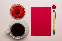 Petit gâteau de tasse de café et papier blanc rouge Photographie stock