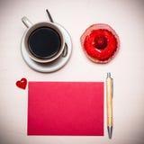 Petit gâteau de tasse de café et papier blanc rouge Photo libre de droits