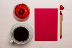 Petit gâteau de tasse de café et papier blanc rouge Photos stock
