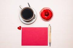 Petit gâteau de tasse de café et papier blanc rouge Image libre de droits