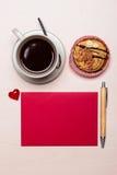 Petit gâteau de tasse de café et papier blanc rouge Image stock