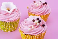 Petit gâteau de trois bonbons avec des boules de chocolat sur un dos de rose Photographie stock