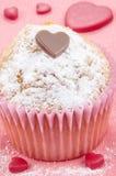 Petit gâteau de Valentine avec du sucre en poudre Photographie stock libre de droits