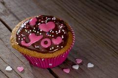 Petit gâteau de Valentine avec marquer avec des lettres je t'aime Image stock