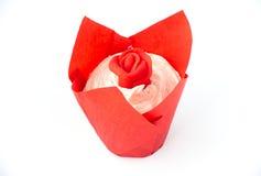 Petit gâteau de valentines avec Rose rouge sur le blanc Photo stock
