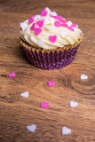 Petit gâteau doux avec des coeurs de crème et de sucre de beurre Image stock