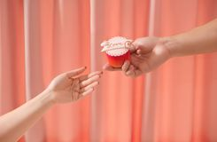 Petit gâteau doux d'amour de Valentine à disposition sur le fond clair Image stock