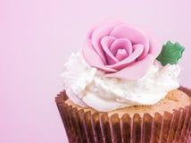Petit gâteau doux traité dans le ton pourpre Photos libres de droits