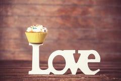 Petit gâteau et amour de mot Images stock