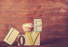 Petit gâteau et amour de mot Photographie stock