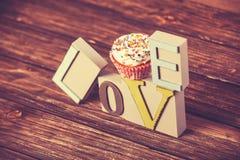 Petit gâteau et amour de mot Image stock
