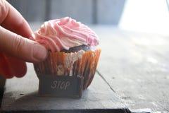 Petit gâteau, et arrêt d'étiquette - nourriture saine, idée de régime Photos libres de droits
