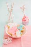 Petit gâteau et biscuits de douche de Bayb images libres de droits