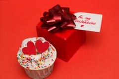 petit gâteau et boîte-cadeau mignons Photo stock