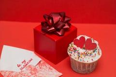 petit gâteau et boîte-cadeau mignons Images libres de droits