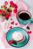 Petit gâteau et café Images stock