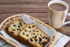 Petit gâteau et café blanc Images libres de droits