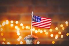 Petit gâteau et drapeau des Etats-Unis image stock