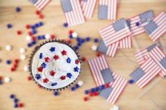 Petit gâteau et drapeaux patriotiques Photos stock