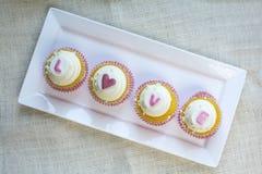 Petit gâteau français de la vanille de Valentine avec de l'Al coloré d'amour de fondant Image stock