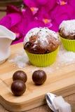 Petit gâteau lumineux avec du sucre glace et le chocolat Image stock