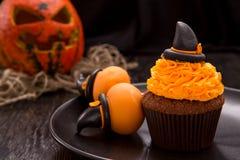 Petit gâteau orange de Halloween avec le chapeau du ` s de sorcière Images libres de droits
