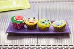 Petit gâteau rond de vert jaune Petits pains faits maison de myrtille sur le plateau de refroidissement, fraîchement cuit au four photo libre de droits