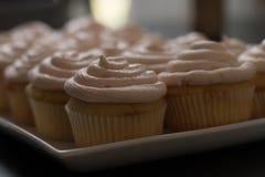 Petit gâteau rose de petits gâteaux de vanille avec le désert de givrage délicieux Photo libre de droits