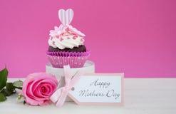 Petit gâteau rose et blanc de jour de mères heureux Photos libres de droits