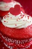 Petit gâteau rouge de velours Images libres de droits