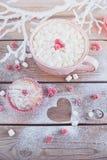 Petit gâteau savoureux avec les baies et la tasse de café Photos stock