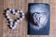 Petit gâteau sous forme de coeur avec du sucre en poudre Photos libres de droits
