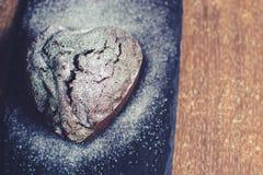 Petit gâteau sous forme de coeur avec du sucre en poudre Photographie stock