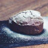Petit gâteau sous forme de coeur avec du sucre en poudre Images stock