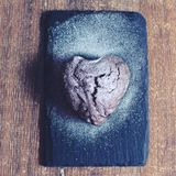 Petit gâteau sous forme de coeur avec du sucre en poudre Image libre de droits
