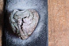 Petit gâteau sous forme de coeur avec du sucre en poudre Photo libre de droits