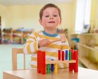 Petit garçon à l'école dans le Montessori image stock