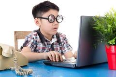 Petit garçon à l'aide de son ordinateur portable photos stock