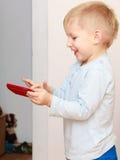 Petit garçon à l'aide du smartphone jouant des jeux Photos libres de droits