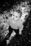 Petit garçon à l'extérieur photos libres de droits