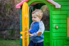 Petit garçon à la cour de jeu photographie stock