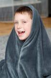 Petit garçon à la maison sur le tapis Images libres de droits