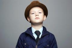 petit garçon à la mode dans le chapeau enfant dans le lien, enfant d'affaires photographie stock