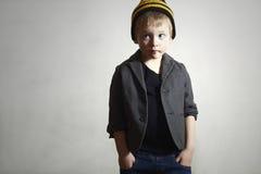 Petit garçon à la mode dans le chapeau et des jeans. Enfants de mode Images libres de droits