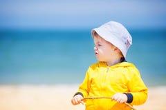 Petit garçon à la plage de sable Photographie stock libre de droits